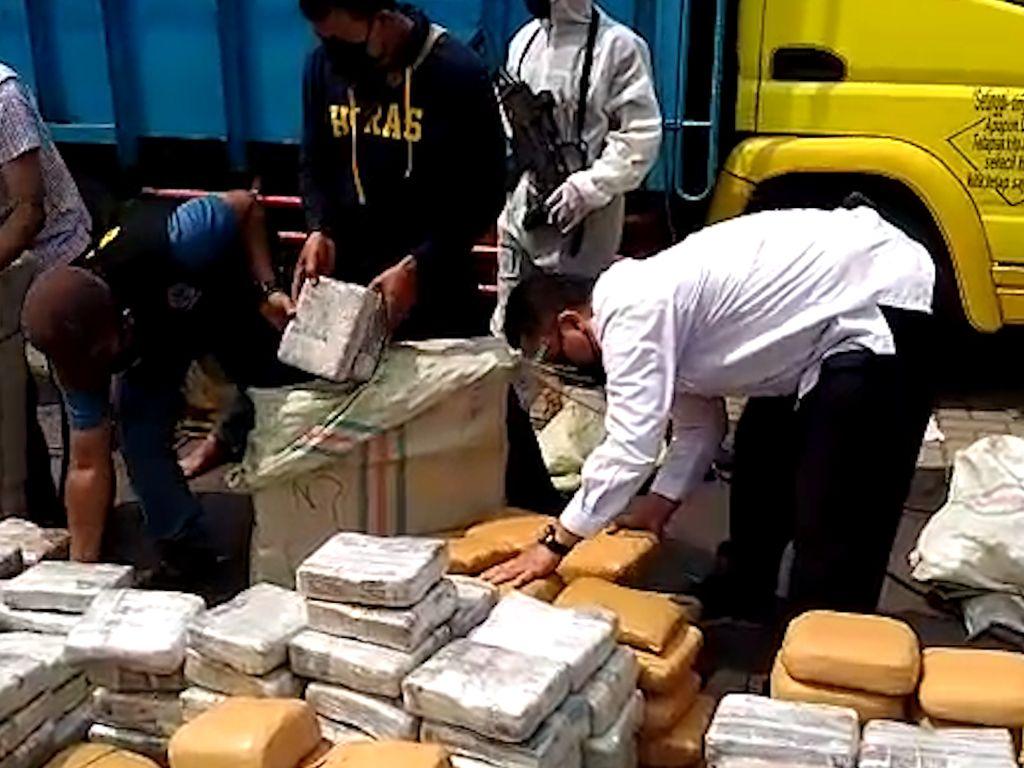 BNN Ungkap 2 Modus Penyelundupan Narkoba di Truk Pisang dan Jagung