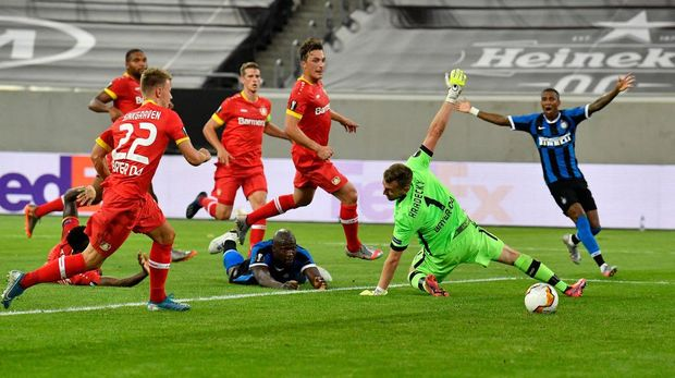 DUESSELDORF, GERMANY - AUGUST 10: Romelu Lukaku of Inter Milan scores his sides second goal during the UEFA Europa League Quarter Final between FC Internazionale and Bayer 04 Leverkusen at Merkur Spiel-Arena on August 10, 2020 in Duesseldorf, Germany. (Photo by Martin Meissner/Pool via Getty Images)