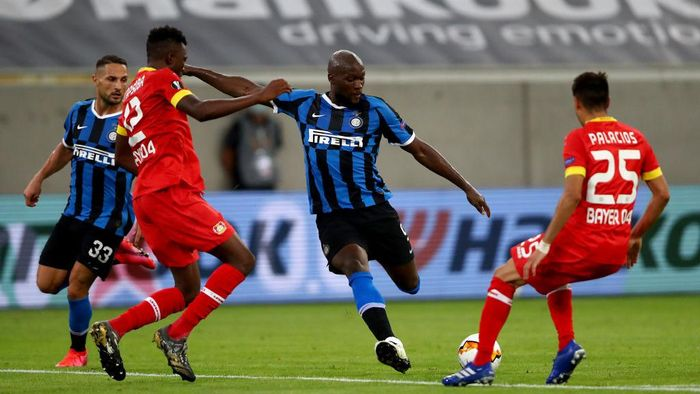 DUESSELDORF, GERMANY - AUGUST 10: Romelu Lukaku of Inter Milan shoots as he is put under pressure by Edmond Tapsoba and Exequiel Palacios of Bayer Leverkusen during the UEFA Europa League Quarter Final between FC Internazionale and Bayer 04 Leverkusen at Merkur Spiel-Arena on August 10, 2020 in Duesseldorf, Germany. (Photo by Dean Mouhtaropoulos/Getty Images)