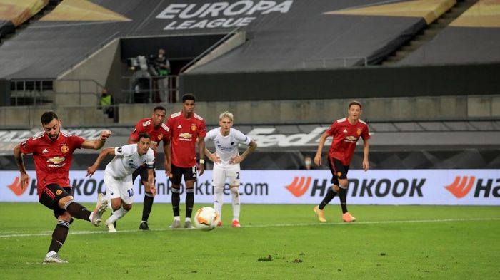 COLOGNE, GERMANY - AUGUST 10: Bruno Fernandes of Manchester United scores his sides first goal from the penalty spot during the UEFA Europa League Quarter Final between Manchester United and FC Kobenhavn at RheinEnergieStadion on August 10, 2020 in Cologne, Germany. (Photo by Wolfgang Rattay/Pool via Getty Images)