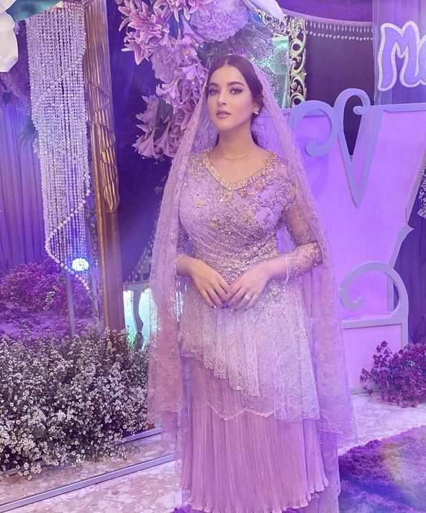 Tasya tampak cantik dan anggun dalam balutan gaun berwarna ungu yang elegan.
