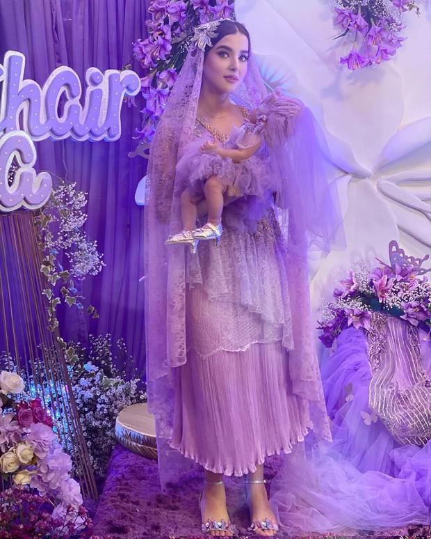 Tak kalah dari sang ibu, baby Lily juga tampil cantik dan menggemaskan dengan gaun dan veil ungu.