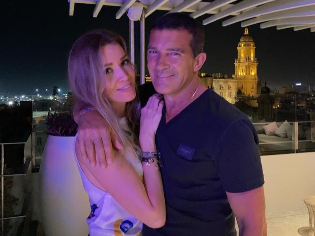 Momen Romantis Antonio Banderas Bersama Pacar Mudanya Sebelum Kena COVID-19