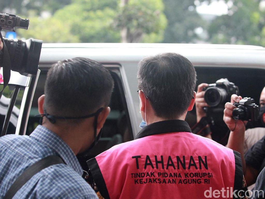 Beda dengan Pinangki, 7 Tahanan Kejagung Ini Ditampilkan Pakai Rompi Pink