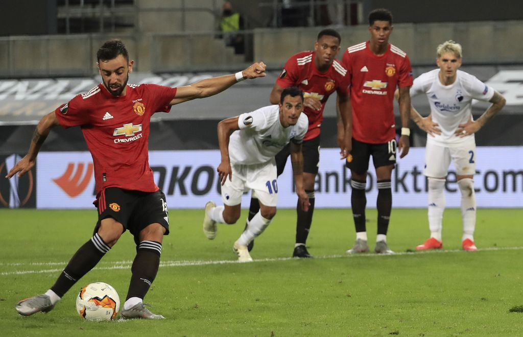 Manchester United's Bruno Fernandes scores his sides first goal from a penalty kick during the UEFA Europa League quarterfinal soccer match between Manchester United and FC Copenhagen in Cologne, Germany, Monday, Aug. 10, 2020. (Wolfgang Rattay/Pool via AP)