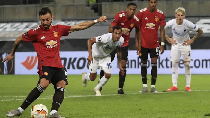 Manchester Uniteds Bruno Fernandes scores his sides first goal from a penalty kick during the UEFA Europa League quarterfinal soccer match between Manchester United and FC Copenhagen in Cologne, Germany, Monday, Aug. 10, 2020. (Wolfgang Rattay/Pool via AP)