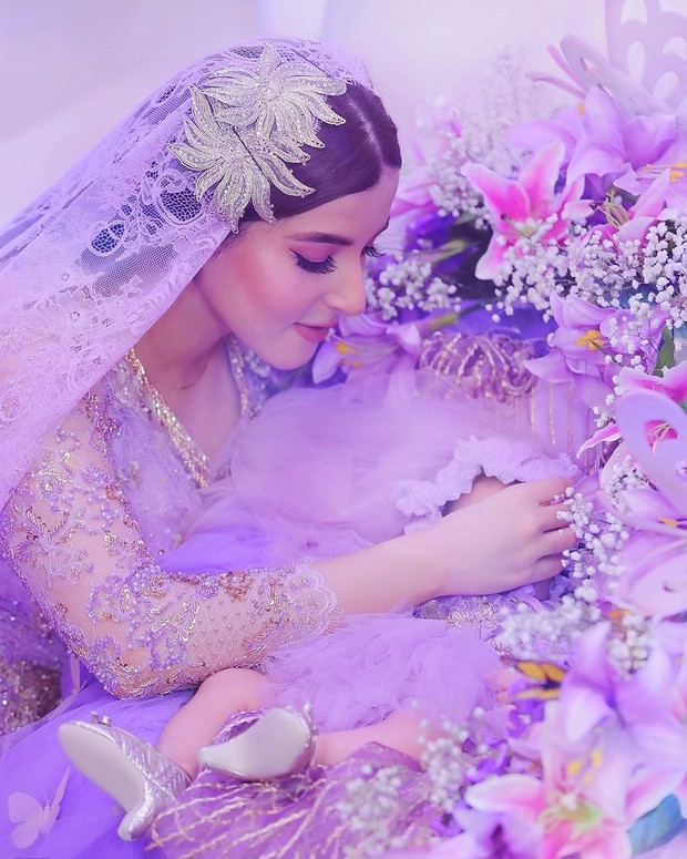 Tasya Farasya memilih konsep negeri dongeng dengan dekorasi serba ungu dalam acara akikah sang putri.