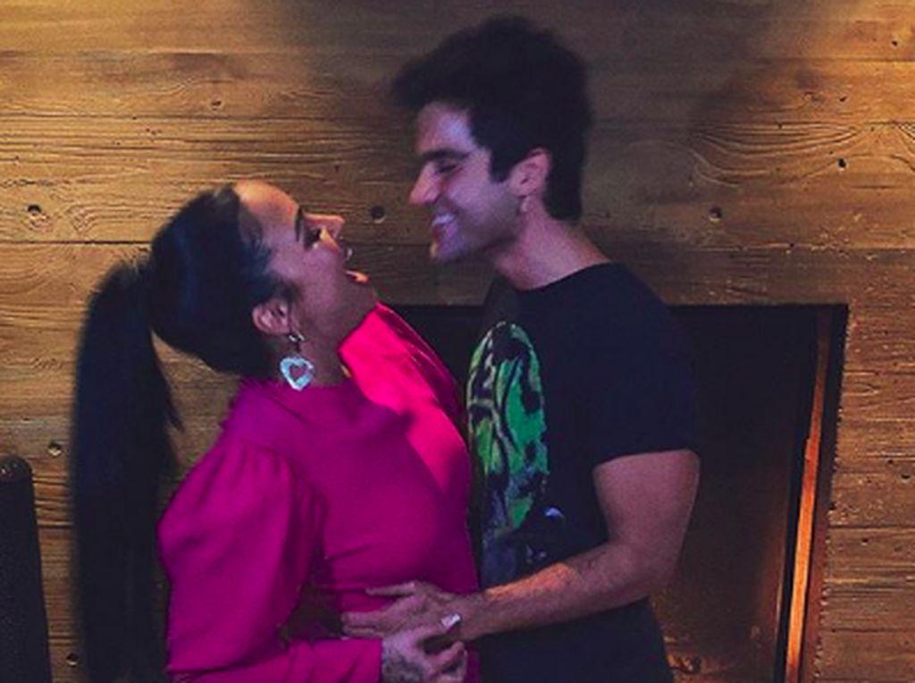 5 Bulan Jalin Asmara, Demi Lovato dan Max Ehrich Pamer Ciuman