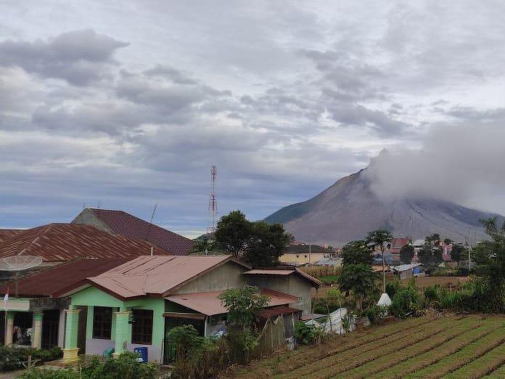 Abu Tipis Terlihat Keluar dari Gunung Sinabung Hari Ini