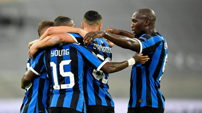 DUESSELDORF, GERMANY - AUGUST 10: Nicolo Barella of Inter Milan celebrates with teammates after scoring his sides first goal  during the UEFA Europa League Quarter Final between FC Internazionale and Bayer 04 Leverkusen at Merkur Spiel-Arena on August 10, 2020 in Duesseldorf, Germany. (Photo by Martin Meissner/Pool via Getty Images)