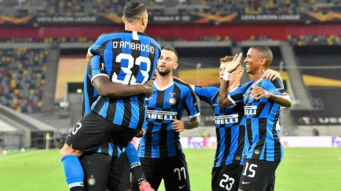 Inter Milans Belgian forward Romelu Lukaku (L) celebrates scoring the 2-0  with his team-mates during the UEFA Europa League quarter-final football match Inter Milan v Bayer 04 Leverkusen at the Duesseldorf Arena on August 10, 2020 in Duesseldorf, western Germany. (Photo by Martin Meissner / POOL / AFP)