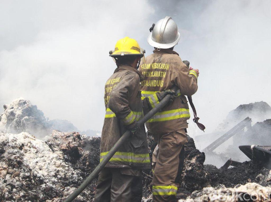 Kebakaran Gudang Kapas di Bandung Berhasil Dipadamkan