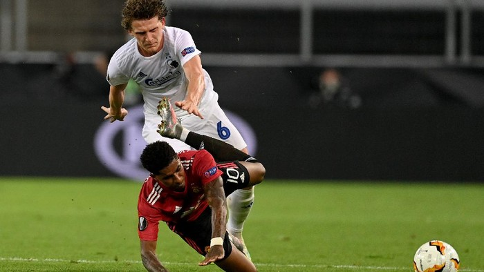 COLOGNE, GERMANY - AUGUST 10: Marcus Rashford of Manchester United is challenged by Jens Stage of FC Kobenhavn during the UEFA Europa League Quarter Final between Manchester United and FC Kobenhavn at RheinEnergieStadion on August 10, 2020 in Cologne, Germany. (Photo by Sascha Steinbach/Pool via Getty Images)