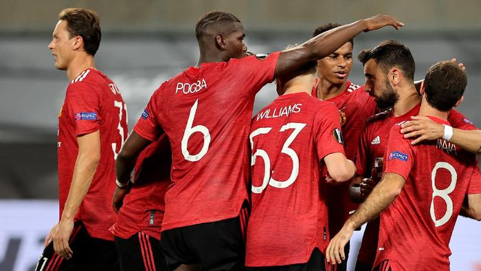 COLOGNE, GERMANY - AUGUST 10: Bruno Fernandes of Manchester United celebrates with teammates after scoring his sides first goal  during the UEFA Europa League Quarter Final between Manchester United and FC Kobenhavn at RheinEnergieStadion on August 10, 2020 in Cologne, Germany. (Photo by Wolfgang Rattay/Pool via Getty Images)