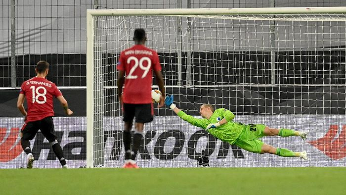 COLOGNE, GERMANY - AUGUST 10: Bruno Fernandes of Manchester United scores his sides first goal from the penalty spot during the UEFA Europa League Quarter Final between Manchester United and FC Kobenhavn at RheinEnergieStadion on August 10, 2020 in Cologne, Germany. (Photo by Sascha Steinbach/Pool via Getty Images)