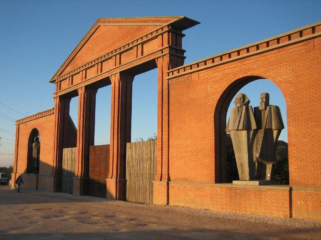 Taman Budapest Ini Simpan Patung Tokoh Komunis, dari Lenin Hingga Stalin