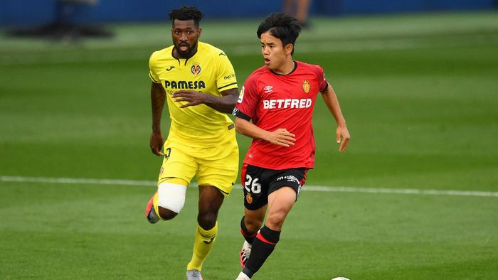 VILLAREAL, SPAIN - JUNE 16: Andre-Frank Zambo Anguissa of Villarreal battles for possession with Takefusa Kubo of RCD Mallorca during the Liga match between Villarreal CF and RCD Mallorca at Estadio de la Ceramica on June 16, 2020 in Villareal, Spain. (Photo by David Ramos/Getty Images)