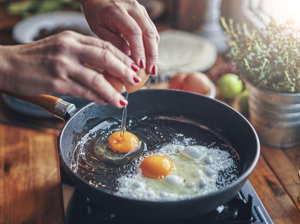 Trik Bikin Telur Mata Sapi yang Lembut, Kuningnya Leleh!