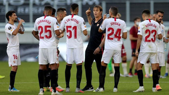 DUISBURG, GERMANY - AUGUST 06: Julen Lopetegui, Manager of Sevilla chats with his team during the UEFA Europa League round of 16 single-leg match between Sevilla FC and AS Roma at MSV Arena on August 06, 2020 in Duisburg, Germany. (Photo by Friedemann Vogel/Pool via Getty Images)