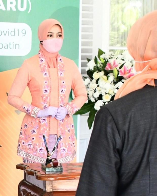 Anggunnya sosok istri Gurbernur Jawa Barat Ridwal Kamil, Atalia Praratya memakai busana kebaya.