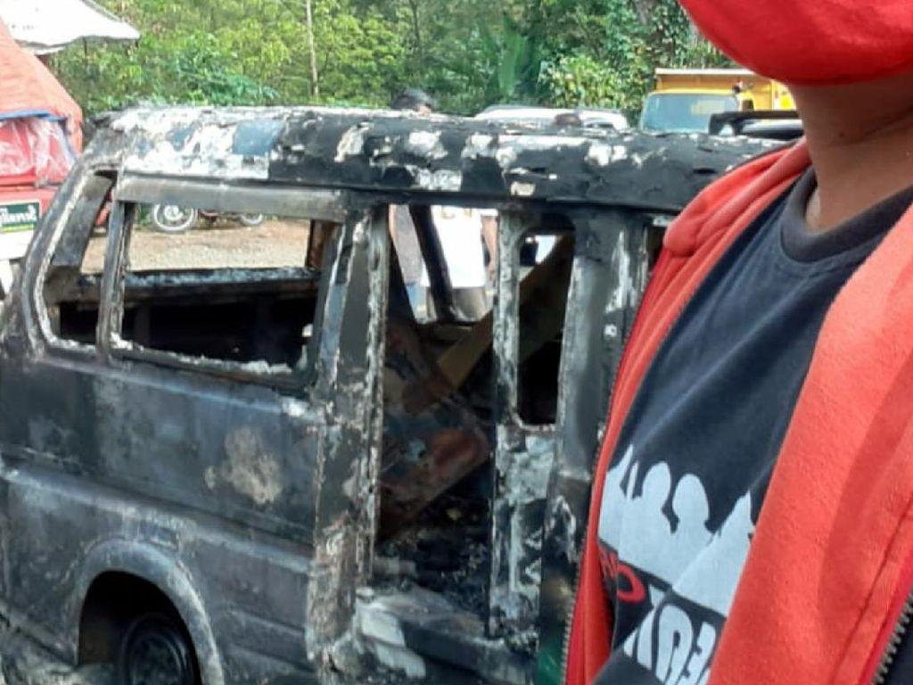Diduga Korsleting Aki, Angkot di Sukabumi Hangus Terbakar