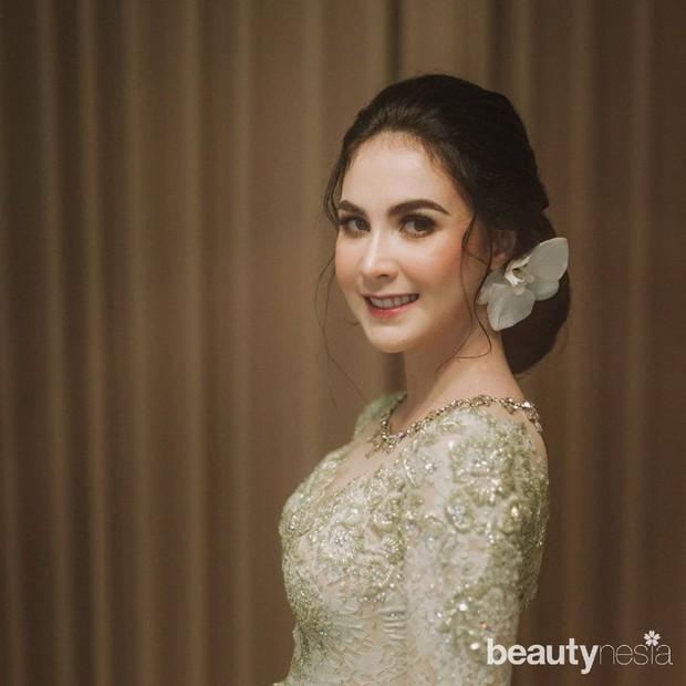 Potret kecantikan Arumi Bachsin sebagai istri wakil gurbernur Jawa Barat saat memakai kebaya.