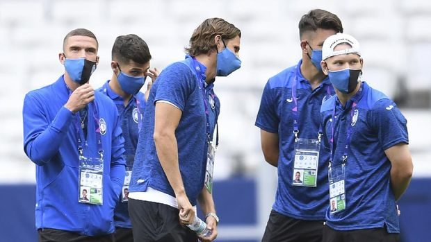 Atalanta players stand on the pitch during a team walk around at the Luz stadium in Lisbon, Tuesday Aug. 11, 2020. Atalanta will play PSG in a Champions League quarterfinals soccer match on Wednesday. (David Ramos/Pool via AP)