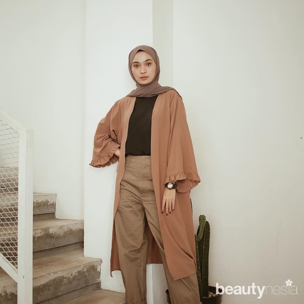 menggunakan jilbab coklat