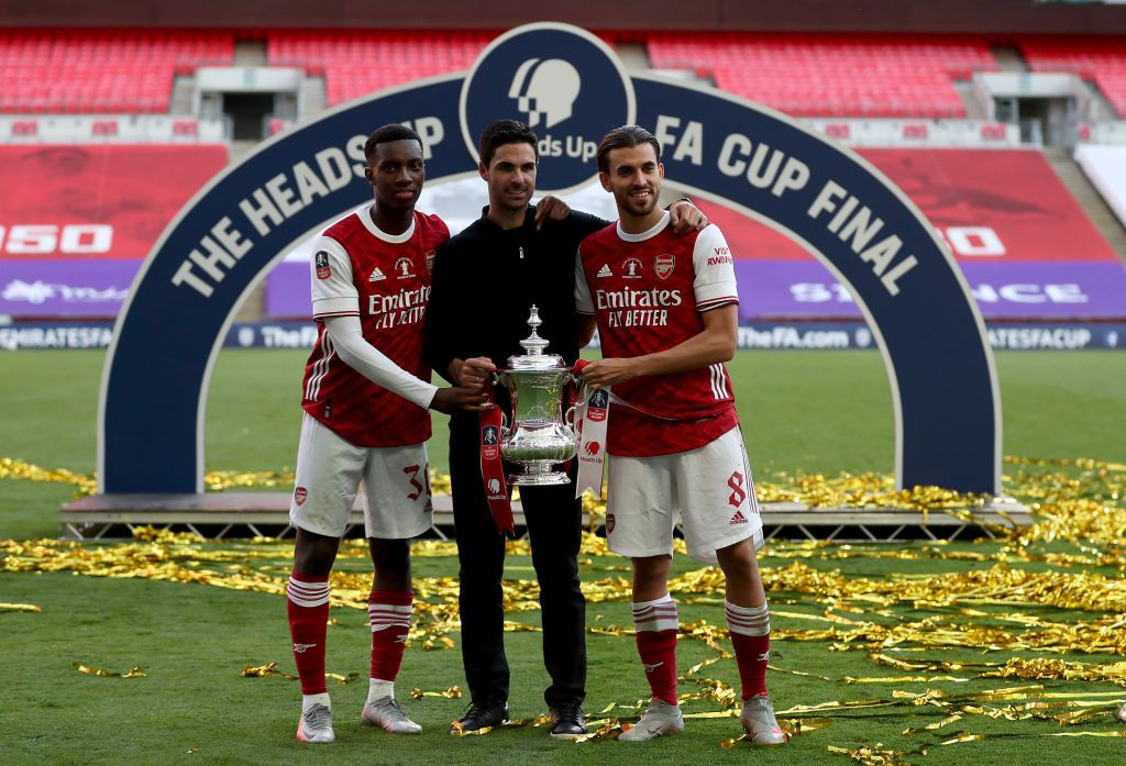 LONDON, ENGLAND - AUGUST 01: Eddie Nketiah of Arsenal , Mikel Arteta, Manager of Arsenal and Dani Ceballos of Arsenal pose with the FA Cup Trophy after their teams victory in the Heads Up FA Cup Final match between Arsenal and Chelsea at Wembley Stadium on August 01, 2020 in London, England. Football Stadiums around Europe remain empty due to the Coronavirus Pandemic as Government social distancing laws prohibit fans inside venues resulting in all fixtures being played behind closed doors. (Photo by Catherine Ivill/Getty Images)