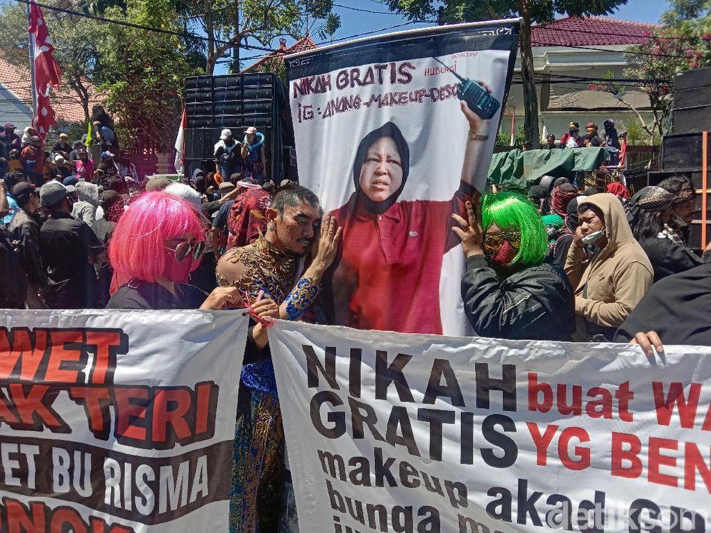 Ada Iklan Nikah Gratis dalam Demo Pekerja Seni Surabaya