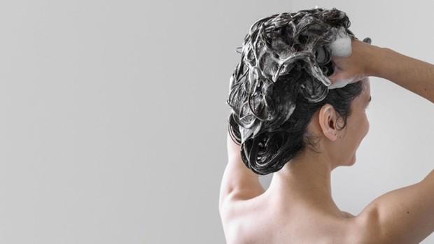Keramas setiap hari dapat merusak rambut.