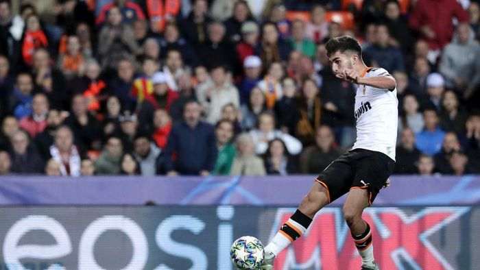VALENCIA, SPAIN - NOVEMBER 05: Ferran Torres of Valencia scores his teams fourth goal during the UEFA Champions League group H match between Valencia CF and Lille OSC at Estadio Mestalla on November 05, 2019 in Valencia, Spain. (Photo by Gonzalo Arroyo Moreno/Getty Images)