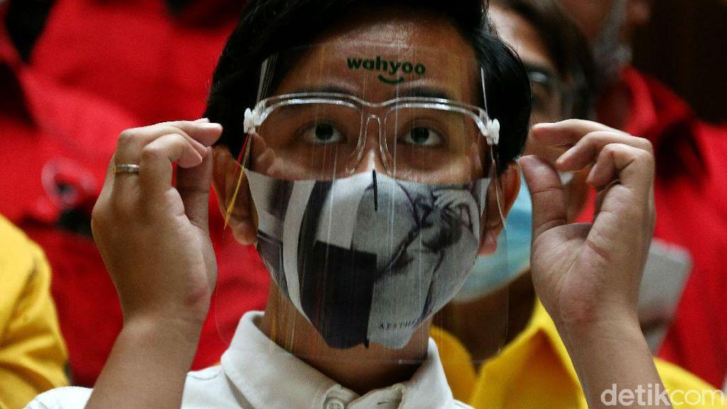 Gaya Gibran Pakai Face Shield Saat Sambangi Kantor Golkar
