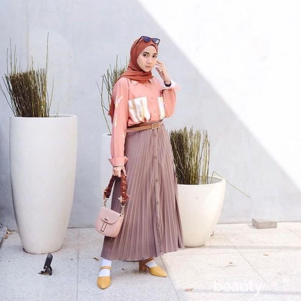 menggunakan jilbab warna oleh perempuan