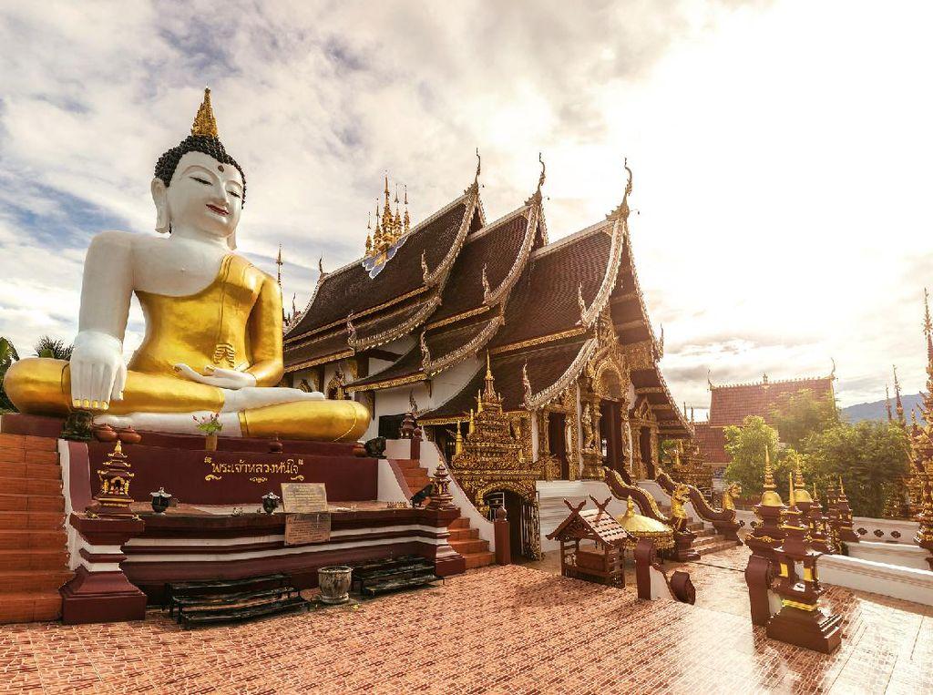 Mabuk, Turis Perempuan Telanjang Masuki Kuil Buddha