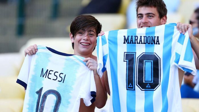 RIO DE JANEIRO, BRAZIL - JUNE 28: Fans of Argentina show jerseys from Lionel Messi and Diego Maradona prior to the Copa America Brazil 2019 quarterfinal match between Argentina and Venezuela at Maracana Stadium on June 28, 2019 in Rio de Janeiro, Brazil. (Photo by Lucas Uebel/Getty Images)