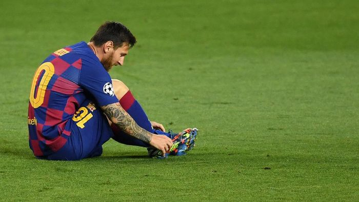 BARCELONA, SPAIN - AUGUST 08: Lionel Messi of Barcelona   adjusts his boots during the UEFA Champions League round of 16 second leg match between FC Barcelona and SSC Napoli at Camp Nou on August 08, 2020 in Barcelona, Spain.  (Photo by David Ramos/Getty Images)