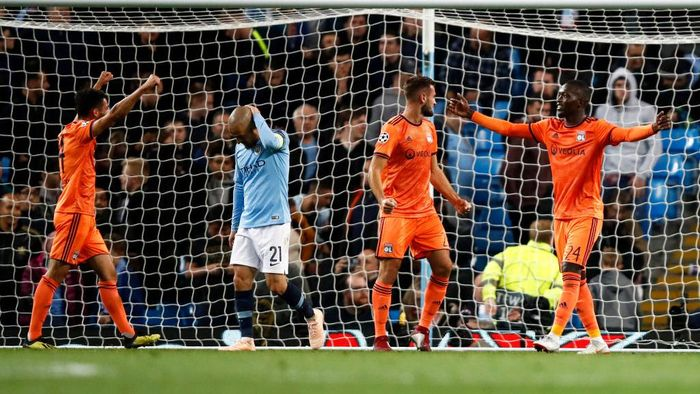 MANCHESTER, ENGLAND - SEPTEMBER 19: David Silva of Manchester City looks dejected as Pape Cheikh Diop of Lyon celebrates the final whistle during the Group F match of the UEFA Champions League between Manchester City and Olympique Lyonnais at Etihad Stadium on September 19, 2018 in Manchester, United Kingdom.  (Photo by Julian Finney/Getty Images)