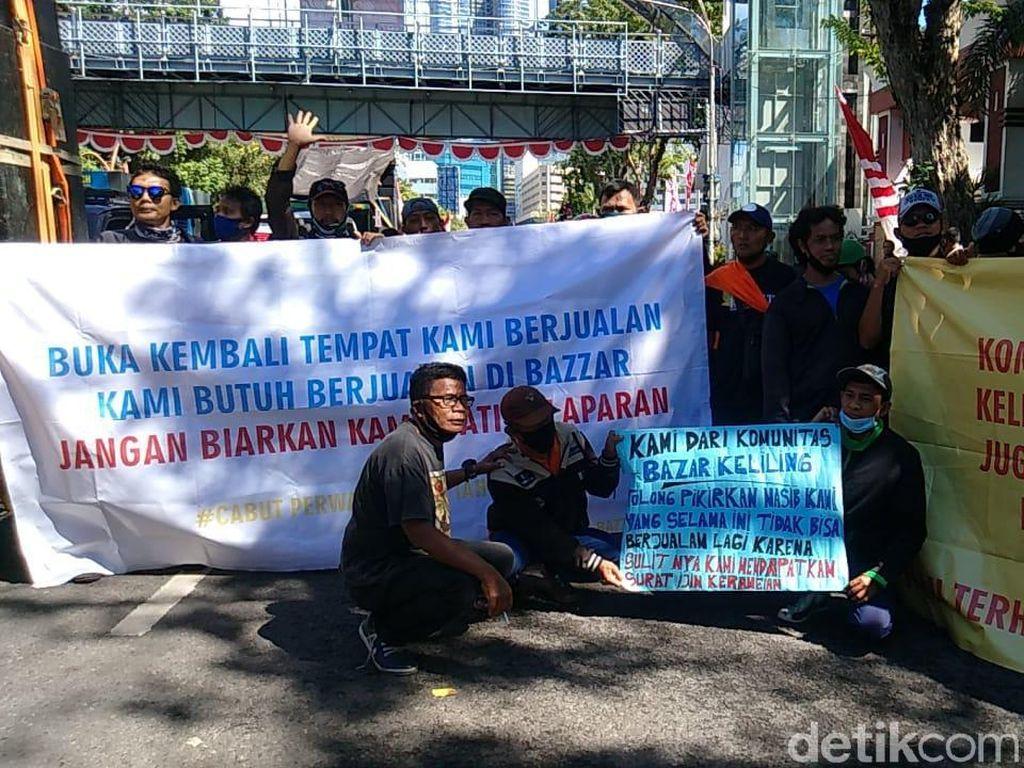 Massa Pekerja Seni dan Komunitas Bazar Mulai Berdatangan di Grahadi