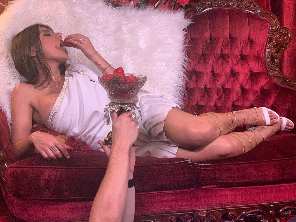 Mantan Bintang Film Dewasa Mia Khalifa Doyan Banget Kepiting dan Burger