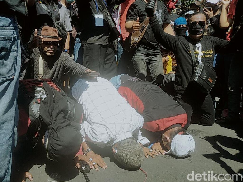 Hajatan Tak Dilarang, Pekerja Seni Surabaya Nangis Haru hingga Sujud Syukur
