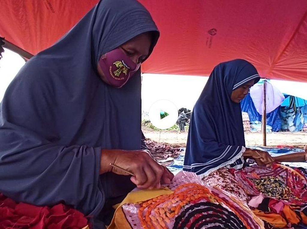 Pengungsi Banjir Luwu Utara Sulap Baju Tak Layak Pakai Jadi Keset-Pot Bunga