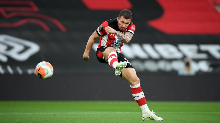 SOUTHAMPTON, ENGLAND - JULY 16: Pierre-Emile Hojbjerg of Southampton shoots during the Premier League match between Southampton FC and Brighton & Hove Albion at St Marys Stadium on July 16, 2020 in Southampton, England. Football Stadiums around Europe remain empty due to the Coronavirus Pandemic as Government social distancing laws prohibit fans inside venues resulting in all fixtures being played behind closed doors. (Photo by Mike Hewitt/Getty Images)