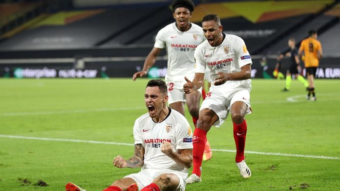 DUISBURG, GERMANY - AUGUST 11: Lucas Ocampos of Sevilla celebrates after scoring his sides first goal during the UEFA Europa League Quarter Final between Wolves and Sevilla at MSV Arena on August 11, 2020 in Duisburg, Germany. (Photo by Friedemann Vogel/Pool via Getty Images)