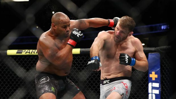 ANAHEIM, CALIFORNIA - AUGUST 17: Daniel Cormier throws a punch at Stipe Miocic in the first round during their UFC Heavyweight Title Bout at UFC 241 at Honda Center on August 17, 2019 in Anaheim, California.   Joe Scarnici/Getty Images/AFP