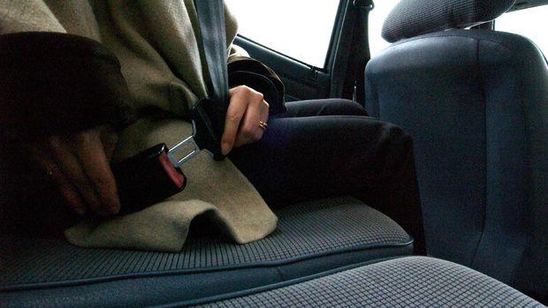 Photo prise le 22 mars 2005  Caen, d'une jeune femme bouclant sa ceinture de scurit  l'arrire d'un vhicule. Une campagne de sensibilisation pour le port de la ceinture de scurit  l'arrire - la premire du genre en France - est lance le 24 mars 2005 par le gouvernement afin d'inciter les Franais au