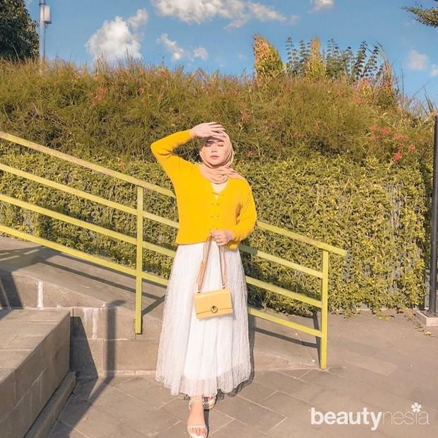 menggunakan hijab berwarna cerah