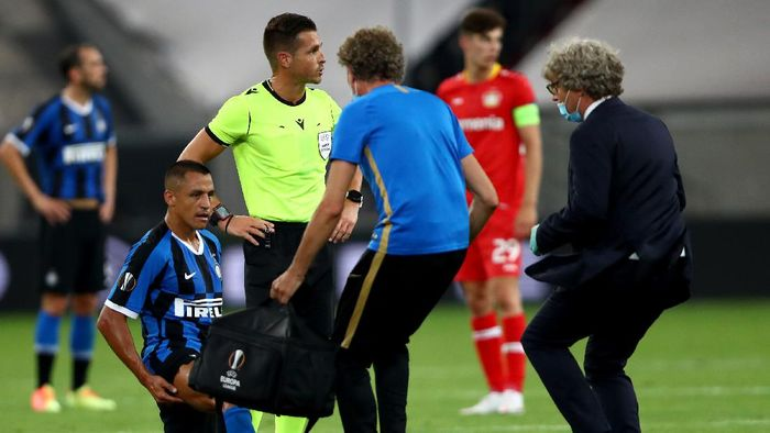 DUESSELDORF, GERMANY - AUGUST 10: Alexis Sanchez of Inter Milan receives medical attention during the UEFA Europa League Quarter Final between FC Internazionale and Bayer 04 Leverkusen at Merkur Spiel-Arena on August 10, 2020 in Duesseldorf, Germany. (Photo by Dean Mouhtaropoulos/Getty Images)