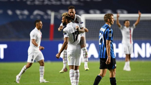 LISBON, PORTUGAL - AUGUST 12: Eric Maxim Choupo-Moting of Paris Saint-Germain celebrates victory with Neymar during the UEFA Champions League Quarter Final match between Atalanta and Paris Saint-Germain at Estadio do Sport Lisboa e Benfica on August 12, 2020 in Lisbon, Portugal. (Photo by David Ramos/Getty Images)