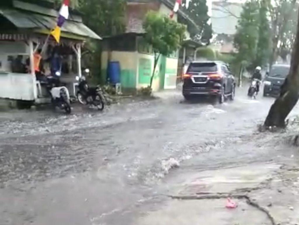 Hujan Deras, Sejumlah Ruas Jalan di Lembang Disergap Banjir